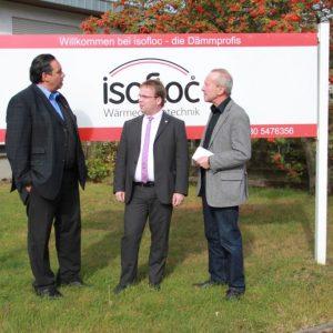 Landtagsabgeordneter Timon Gremmels (Mitte) zusammen mit dem Bürgermeister von Lohfelden Michael Reuter (rechts) und Isofloc-Geschäftsführer Ahmed Al Samarraie (links) anlässlich der Betriebsbesichtigung.