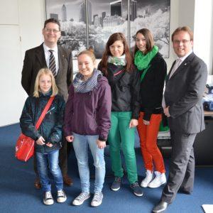 Amelie Gottschalck (Niestetal), SPD-Fraktionsvorsitzender Thorsten Schäfer-Gümbel, Eileen Ebel, Lisa-Marie Thiel und Katrin Wicke (alle Baunatal), MdL Timon Gremmels