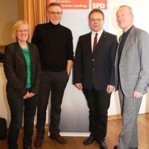Sabine Hammerschmidt (Ver.di), Gerard Merz (familienpolitischer Sprecher der SPD-Landtagsfraktion), Timon Gremmels (heimischer SPD-Landtagsabgeordneter) und Bürgermeister Michael Reuter bei der Podiumsdiskussion zum KiföG.