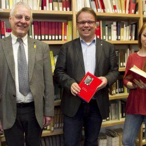 Herderschule, Bibliothek.(von links:) Martin Sauer (Schulleiter der Herderschule). Timon Gremmels MdL (ehemaliger Herderschüler). Nina Riemann (Schulsprecheri, Herderschule)