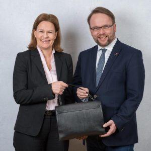 Werbung für die Handtaschenbörse des Vereins Frauen helfen Frauen im Landkreis Kassel e. V. mit Nancy Faeser